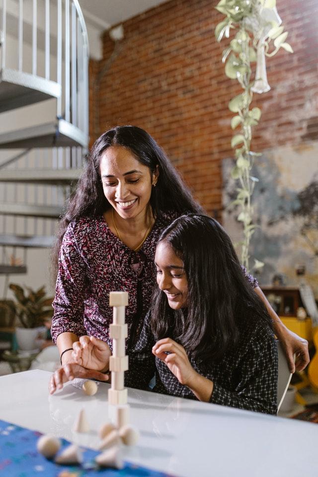 Quand débuter l'utilisation d'une tour Montessori pour votre enfant ?
